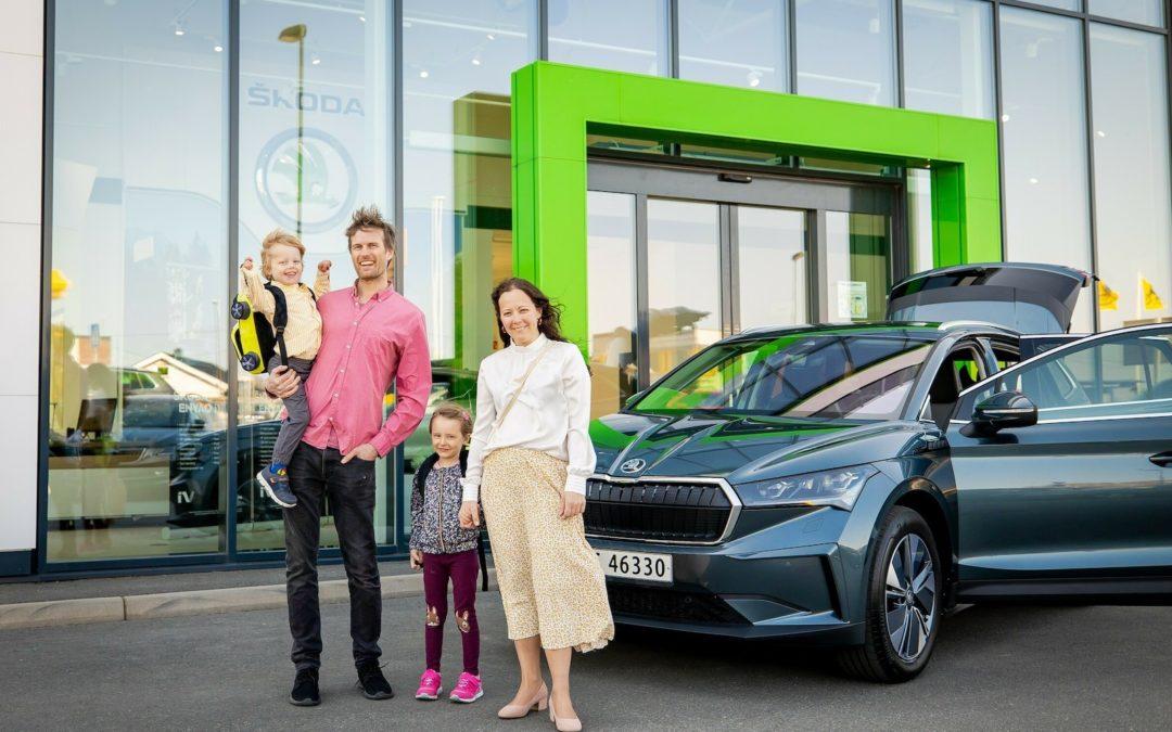 Verdens første Skoda Enyaq iV elbil utlevering i Norge