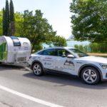 Audi e-tron med elektrisk campingvogn på slep